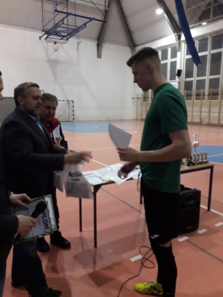 Dyrektor Miejskiego Osrodka Sportu i Rekreacji z burmistrzem Wojciechem Gregorczykiem wręczają nagrody zwycięskim zdrużynom