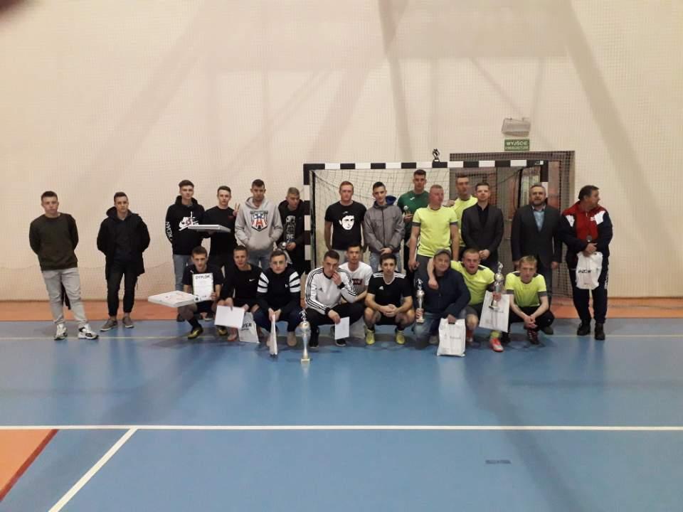 zdjęcie frupowe wszystkich uczestników Halowej Piłki Nożnej