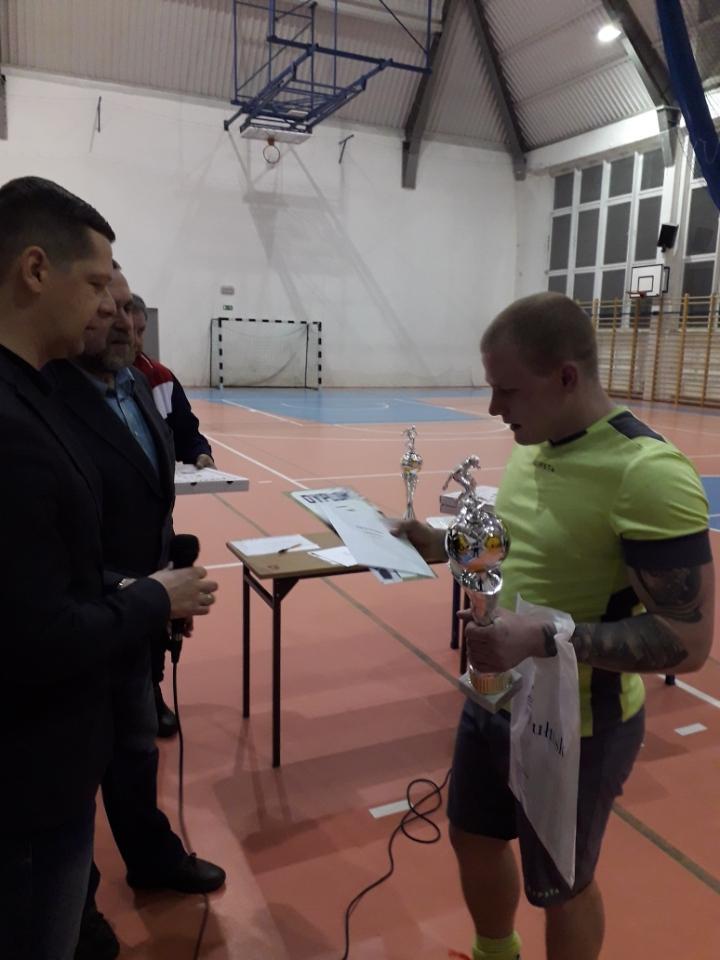 Dyrektor Miejskiego Osrodka Sportu i Rekreacji z burmistrzem Wojciechem Gregorczykiem wręczają nagrody zwycięskim drużynom